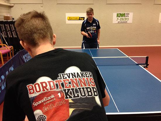 AKTIVITET: Kristian Rødningsand (med ryggen til) og Thomas Moen var to av mange som la inn en treningsøkt i kveld.