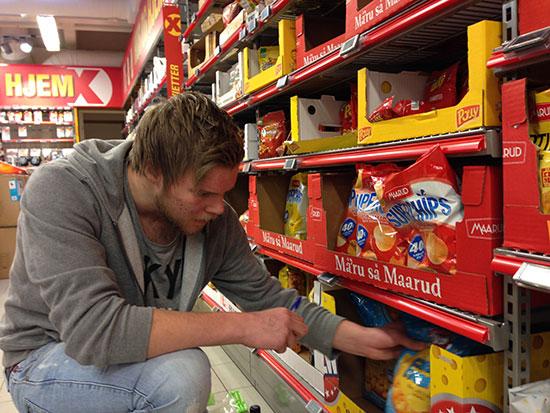 GULL FRA GRIMSTAD: Halvard Grina har juleferie fra skolen i Grimstad. Her teller han potetgull.