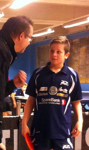 GODE RÅD: Jonas Jensen imponerte stort i dag. Her får han innspill fra Thomas Møller før neste sett.