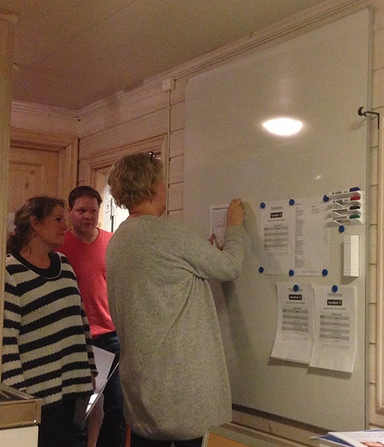 WHITEBOARD: Kari rekonstruerer oppslagene med Pia-Helen og Pål som tilskuere.