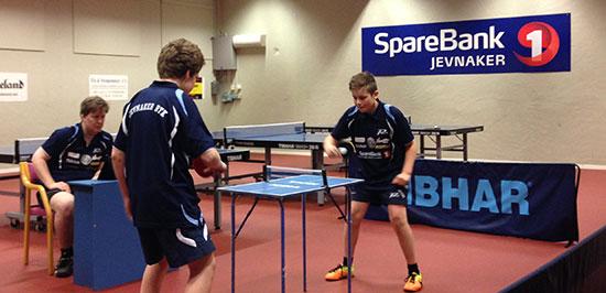 ACTION: Daniel F. Grefsrud og Jonas Jensen i kamp.