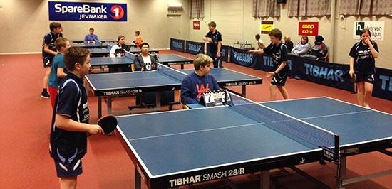 ACTION: 14-årsklassen er i gang. Her ble det spilt fortløpende på tre bord.