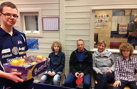 FAIR PLAYER: Fredrik Wilkens oppfører seg alltid eksemplarisk. Han fikk tldelt dagens fruktkurv fra KIWI Jevnaker med hele familien tilstede: Christian (fra venstre), Thomas, May og Didrik.