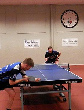 AVGJØRENDE KAMP: Terje Herting (borterst) hadde sjansen i siste kamp, men Casper Søneberg (nærmest) vant og henviste Herting til 3. plassen.