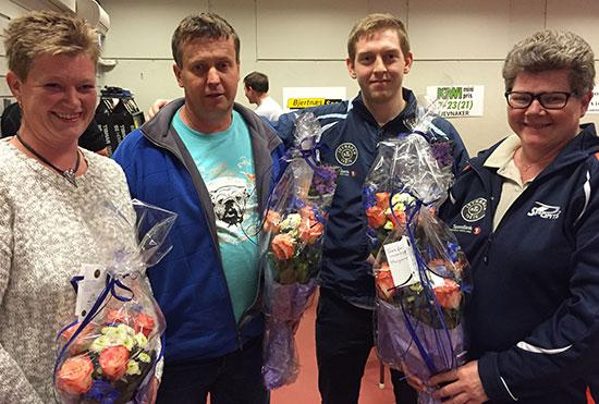 TAKK FOR INNSATSEN: Tone M. Ødegård (f.v.), Jan Tore ØDegård, Pål Korsgård og Margaret Bjørge fikk hver sin blomsterbukett som takk for innsatsen.