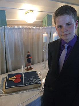 KONFIRMANT OG KAKE: Daniel kledd for anledningen. Kaken stilfullt dekorert.