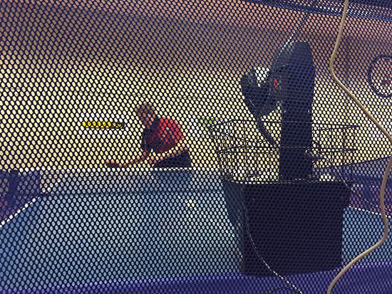PÅ NETT: Lars styrer Robo-Pong, som etter hvert overtar kontrollen!