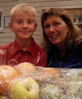 FAIR PLAYERS: Jørgen M. Pedersen og Unni Halvorsen fikk hver sin velfortjente fruktkurv.