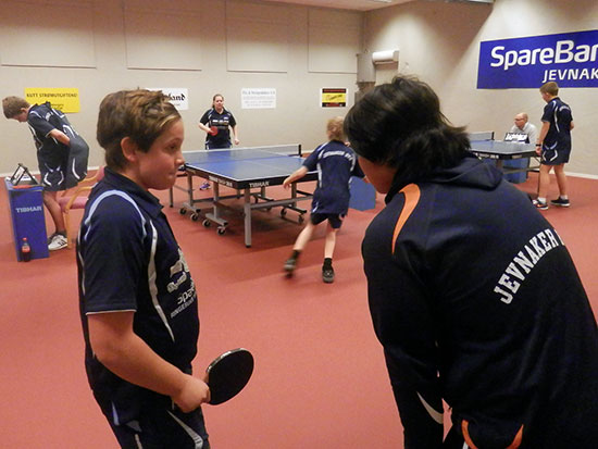 GODE RÅD: Jonas Jensen får tips fra JBTK-coach Yi Hsiung Su.