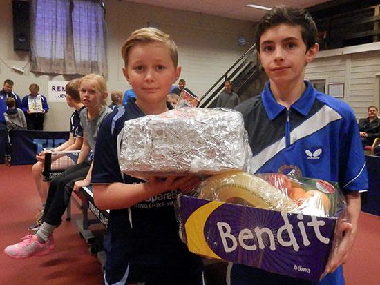 FAIR PLAYERS: Petter V. Oldertrøen og Adam Aydamirov fikk hver sin fruktkurv.