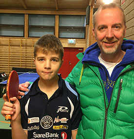 STOLT SPILLER: Daniel Andersen med pappa Lasse etter at 2. plassen i nybegynnerklassen er sikret.