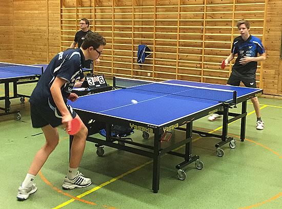FRAMGANG: Fredrik Wilkens (t.v.) har hevet seg stort denne sesongen. Han var med og kjempet om sluttspillplass i Herrer E. Her i kamp mot Eskil Ryssmo fra Harestua.