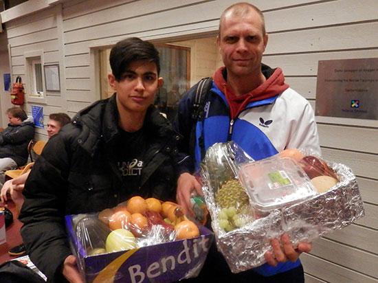 FAIR PLAYERS: Ramin Haghyar og Kenneth Zeiffert fikk hver sin fruktkurv som takk for god oppførsel gjennom mesterskapet.