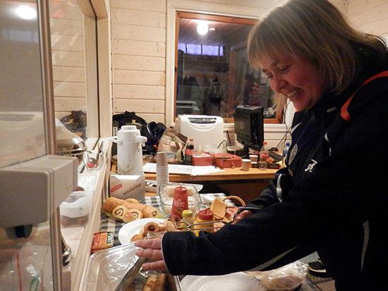 KIOSKSJEFEN: Lene Jensen bød på en variert meny fra mange bidragsytere, samt godt humør, i JBTK-kiosken.