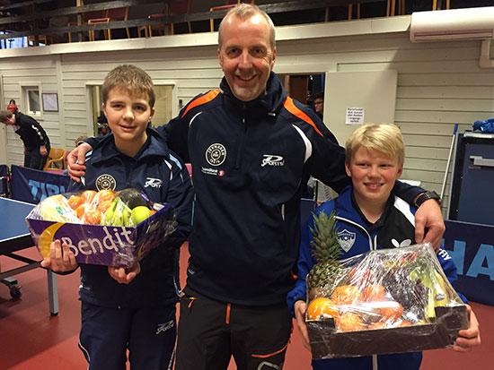 FAIR PLAY: Assisterende turneringsleder Lasse Andersen med _Fair Play-vinnerne Adniel Andersen (t.v.) og Aksel B. Sandin (t.h.).