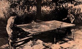 1975: Allerede året før JBTK ble stiftet var det 50 bordtennisspillere på Jevnaker. Til å begynne med måtte de alle spille ute!