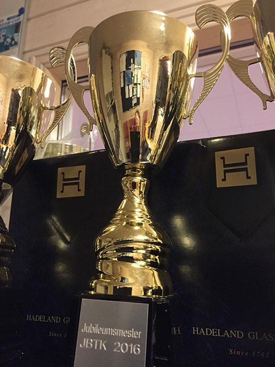 JUBILEUMSPOKAL: Alle får deltakerpremie fra Hadeland Glassverk. Vinnerne får hver sin eksklusive graverte jubileumspokal.