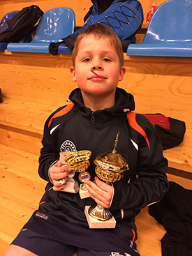 VINNEREN: Martin Jensen var den eneste JBTK-spilleren som klarte å vinne en klasse. Han fikk to pokaler! (FOTO: Lene Jensen)