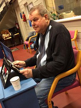 TROFAST: Bert Erixon tok plass ved dommerbordet. Han stiller alltid trofast opp og bidrar med sitt gode humør. (Foto: Pia-Helen Fagerslett)