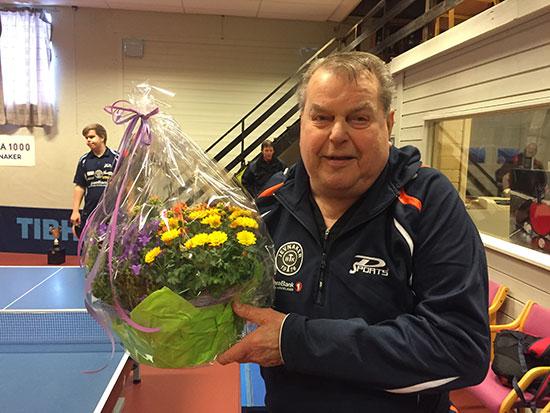 HONNØR: JBTK-nestor Bert Erixon sto på også gjennom lørdagen og fikk honnør i form av blomsterbuketten fra Jevnaker kommune. (Foto: Thomas Møller)