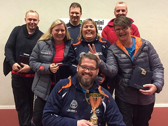 FORELDRE: Klubbmester Leif Jensen (foran), Henning Oldertrøen (bak fra venstre), Per Gunnar Nygård, Lasse Andersen, Lene Vangli (midten fra venstre), Lene Jensen og Sissel N. Moen. (Foto: Thomas Møller)