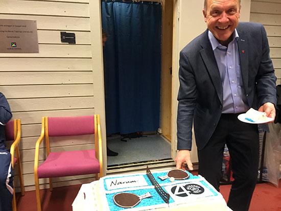 KAKEPREMIERE: Ordføreren fikk æren av å forsyne seg med det første stykket av jubileumskaken fra Baker Narum. (Foto: Thomas Møller)