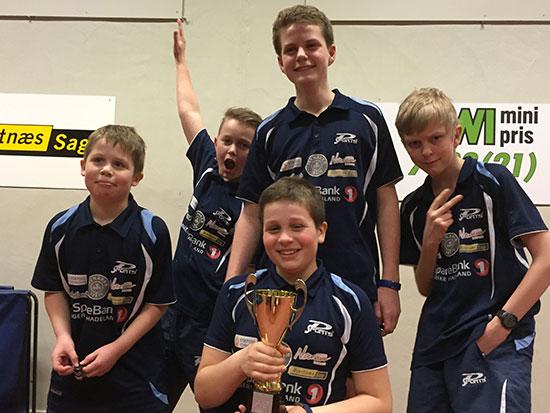 MINIBORD BREDDE: Klubbmester Jonas Jensen (foran), Martin Jensen (bak fra venstre), Petter V. Oldertrøen, Daniel F. Grefsrud og Eivind Nygård. (Foto: Thomas Møller)