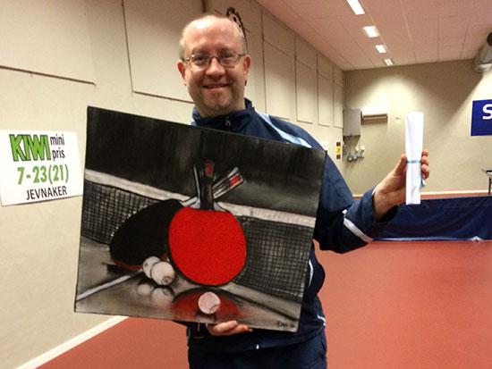 KUNSTGAVE: Klubbformann Thomas Møller ble takket for innsatsen gjennom 35 år med et lekkert kunstverk fra alle JBTK-medlemmene. (Foto: Pia-Helen Fagerslett)