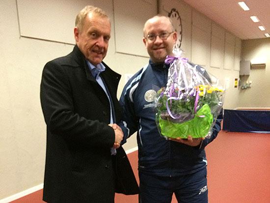 GAVE: Ordfører Lars Magnussen overrekker blomster og pengegave til JBTK-formann Thomas Møller. (Foto: Pia-Helen Fagerslett)