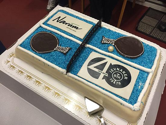 NARUM-KAKE: Baker Narum bidro med en smakfull marsipankake til JBTKs 40-årsjubileum. Tusen takk! (FToto: Thomas Møller)