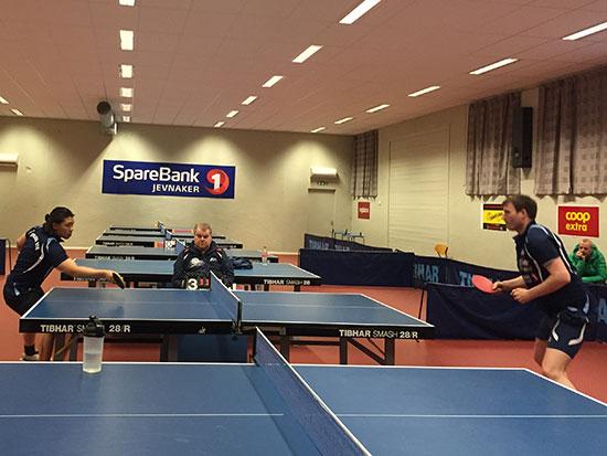 ACTION 2: Elias Y. Su mot Terje Herting med Bert Erixon som dommer i Herrer åpen-finalen; 40-jubileumsmesterskapets aller siste kamp. (Foto: Thomas Møller)