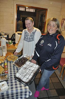 KIOSKDAMENE: Pia-Helen Fagerslett og Lene Jensen sto på i JBTK-kiosken! (Foto: Avisen Hadeland)