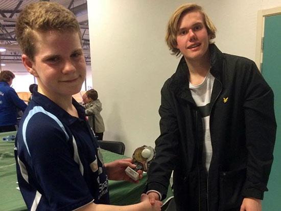 BRONSEVINNER: Daniel F. Grefsrud imponerte i Gutter 15B. Her gratuleres han av Jakob Løvstad fra arrangørklubben. (Foto: Pia-Helen Fagerslett).