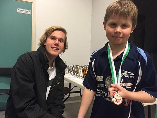 MEDALJEVINNER: Martin Jensen mottar medalje for innsatsen i nybegynnerklassen fra arrangørklubbens Jakob Løvstad.