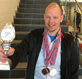 BRONSEGUTT: Olof med pokal og medaljer for JBTK-lagets 3. plass i lagkonkurransen. Det ble nesten ny medalje i dag.