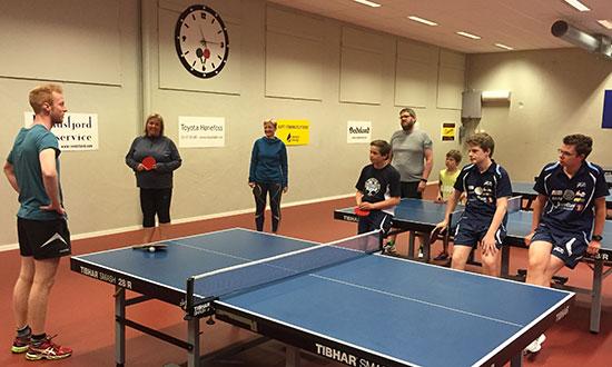 LÆRERIKT: Benjamin er en flink trener med solid sportslig bakgrunn. Her fra forrige sommersamling i Jevnaker Bordtennishall.