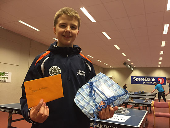 FJORTIS PÅ FLYTTEFOT: Daniel Andersen fikk farvel- og bursdagsgave fra JBTK.