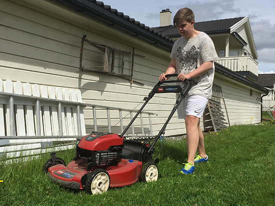 I GANG: Thomas Moen ble fort kjent med gressklipperen og leverte godkjent innsats i dagens debut!