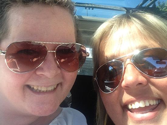 BLIDE MØDRE: Pia-Helen Fagerslett og Lene Jensen med selfie på Notodden da de kjørte guttene til leir.