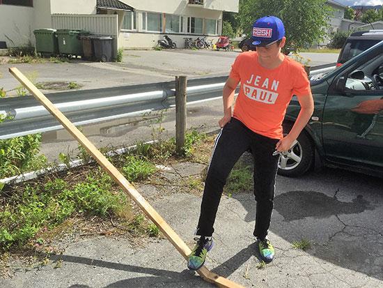 FOTARBEID: Jonas Jensen tok knekken på plankene som var for lange.