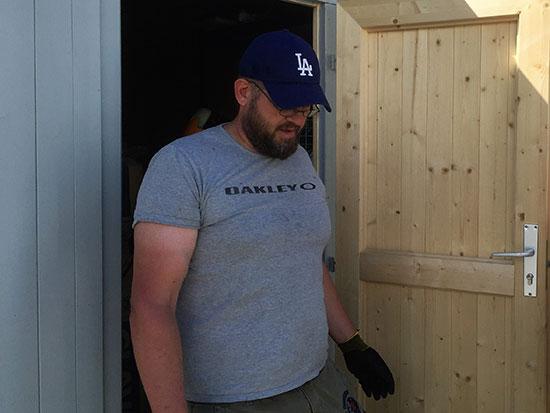 ALLSIDIG: Leif Jensen tok med henger, monterte hylle og fjernet ugress.