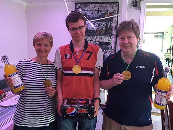 VINNERTRIOEN: May Wilkens, Fredrik Wilkens og Lars Torp vant hver sin klasse. De ble premiert med gullmedalje og forfriskende drikke.