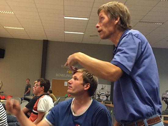 ENGASJEMENT: Terje Herting og Bjørn Erik Wibe sjekker stillingen og diskuterer utviklingen.