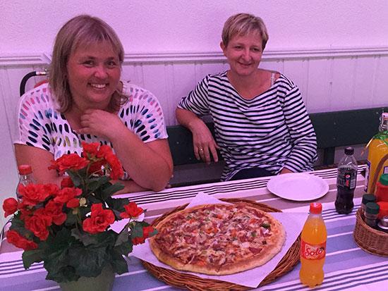 DAMENE: Lene Jensen og May Wilkens har fått den første pizzaen på sitt bord. Sølvvinner Lene delte ut gullmedaljen og premiene til May og de andre klassevinnerne.