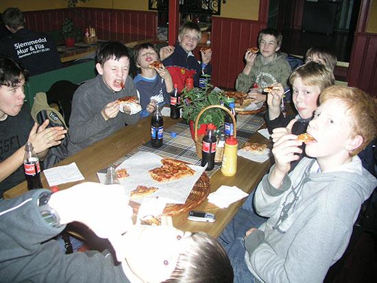 PIZZAFEST: Topp stemning da pizzaen ble fortært for 12 år siden!