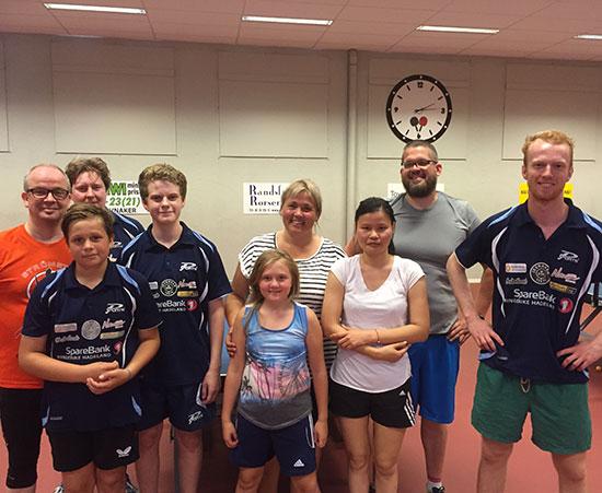 SØNDAGSHELTER: Én trener og åtte deltakere leverte stor innsats fra for- til ettermiddag i Jevnaker Bordtennishall.