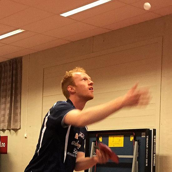 BENJAMIN OVERAA: Dagens trener og tidligere toppspiller ble igjen etter samlingen og la inn en egen treningsøkt med Lars Torp som sparringspartner.