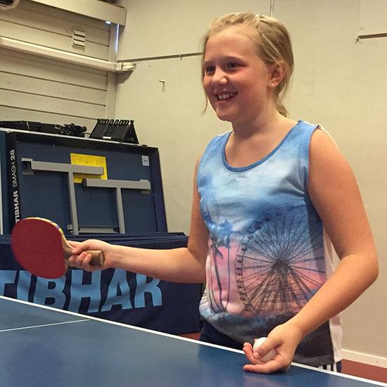 MIA N. GULDBRANDSEN: Nytt og positivt bekjentskap! Hun har prøvd bordtennis på skolen i Hole, men fikk i dag sin første ordentlige treningsøkt og sto på med stor iver.