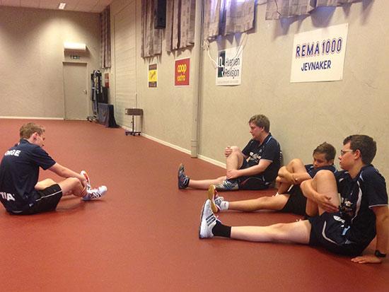 AVSLUTNING: Spillerne tøyer ut etter en nyttig treningsøkt. (FOTO: Lene Jensen)