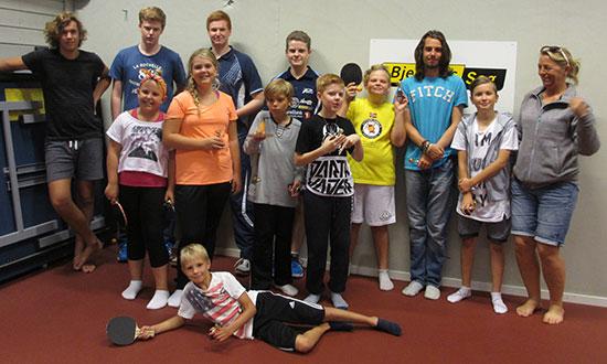 AKTIVE GJESTER: Alle barna og kommunens representanter som deltok.